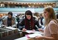Девушки заполняют анкеты на открытом кастинге национального конкурса Мисс Россия в торговом центре Афимолл Сити в Москве