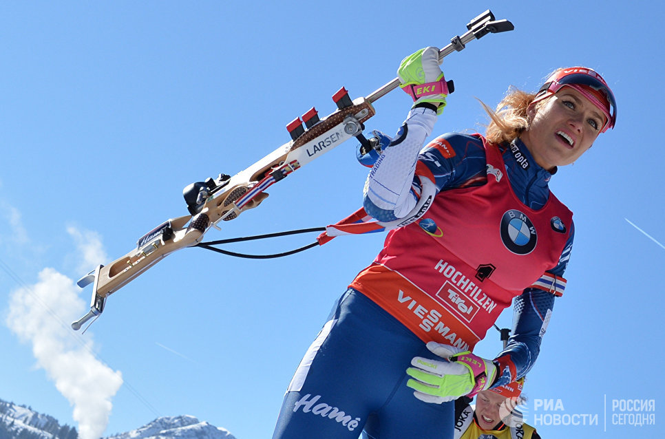 Габриэла Коукалова (Чехия) на огневом рубеже масс-старта среди женщин на чемпионате мира по биатлону в австрийском Хохфильцене
