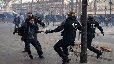 Акция протеста против полицейского насилия на площади Республики в Париже
