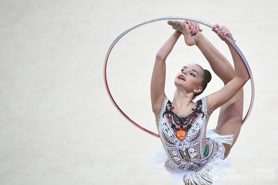 Дина Аверина (Россия) выполняет упражнение с обручем в финале индивидуальной программы по художественной гимнастики Гран-при Москвы