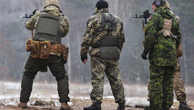 Канадские инструкторы обучают украинских военнослужащих по программе разработанной в Канаде UNIFIER на Яворивском полигоне во Львовской области. Архивное фото