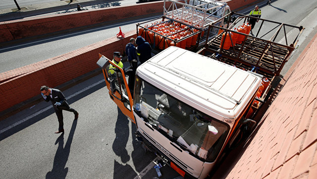 ВБарселоне милиция устроила погоню заугонщиком нагрузовике сгазовыми баллонами