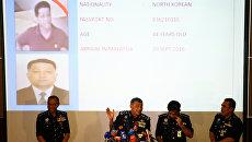 Глава малайзийской полиции Халид Абу Бакар демонстрирует фотографии сотрудника посольства КНДР, подозреваемого в причастности к убийству Ким Чен Нама, во время пресс-конференции в Куала-Лумпуре. 22 февраля 2017