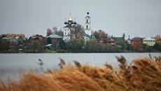 Вид на Крестовоздвиженскую церковь и село Свердлово. Архивное фото
