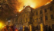Сотрудники пожарной службы МЧС России во время ликвидации пожара в Детской областной клинической больнице в Твери