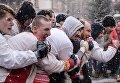 Участники кулачных боев стенка на стенку во время празднования Масленицы в Центре русской культуры Кремль в Измайлово