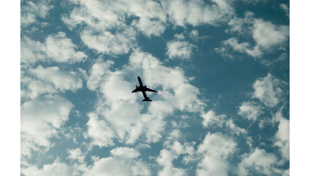 В США самолет потерял обшивку двигателя во время полета