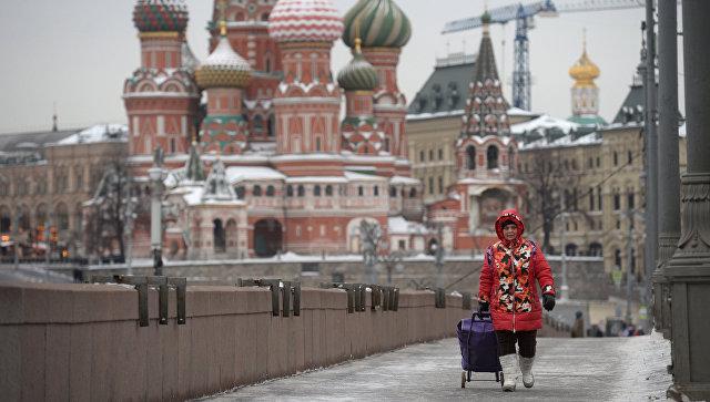 Женщина на Большом Москворецком мосту на Красной площади в Москве. Архивное фото