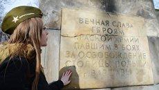 Участница российского автопробега Дороги памяти у памятника Благодарности Красной армии в Варшаве. Архивное фото
