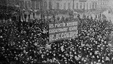 Шествие женщин по Невскому проспекту в Петрограде в Международный женский День