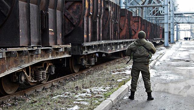 Военнослужащий на территории Юзовского металлургического завода в Донецке. Архивное фото