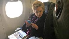 Хиллари Клинтон читает статью о вице-президенте США Майке Пенсе. 3 марта 2017