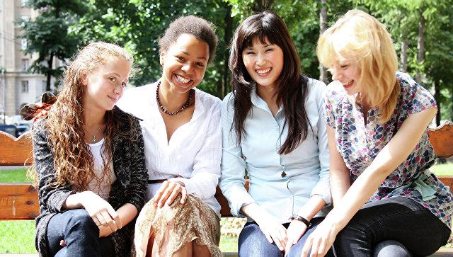 Девушки улыбаются