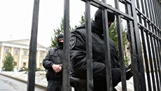 Сотрудники правоохранительных органов во время обыска в Международном центре Рерихов (МЦР) в Москве.