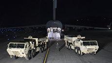Грузовики с пусковыми установками американских ракетных комплексов THAAD на авиабазе в Южной Корее