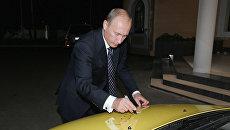Владимир Путин оставил автограф на капоте автомобиля Лада Калина. Архивное фото