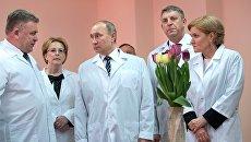 Президент РФ Владимир Путин во время осмотра нового перинатального центра городской больницы №1 в Брянске. 8 марта 2017