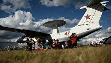 Посетители у самолета А-50У на Международном авиационно-космическом салоне МАКС 2015 в подмосковном Жуковском. Архивное фото