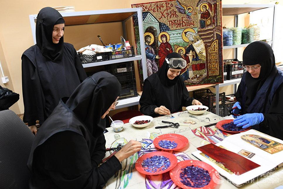 Монахини во время реставрации в Свято-Никольском Черноостровском женском монастыре в городе Малоярославце Калужской области