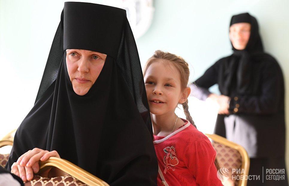 Во время просмотра художественной самодеятельности в школе детского приюта Отрада в Свято-Никольском Черноостровском женском монастыре