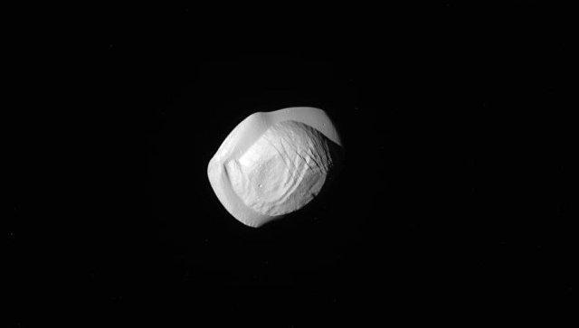 Спутник Сатурна показал свою необычную  форму