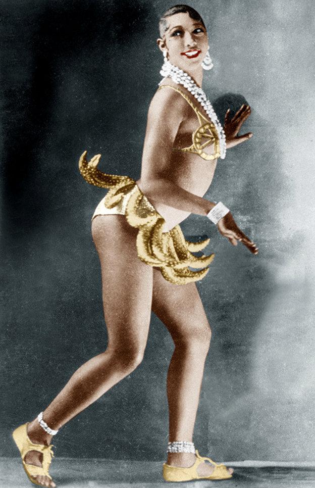 Популярная чернокожая танцовщица Джозефина Бейкер исполняет свой знаменитый Танец с бананами