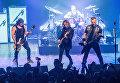 Участники группы Metallica Роберт Трухильо, Ларс Ульрих, Кирк Хэммет, и Джеймс Хэтфилд выступают в клубе Webster Hall в Нью-Йорке