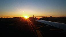 Закат в аэропорту Логана в Бостоне. Архивное фото