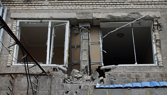Последствия обстрела Нефтеперерабатывающего завода Докучаевска в Донецкой области. архивное фото