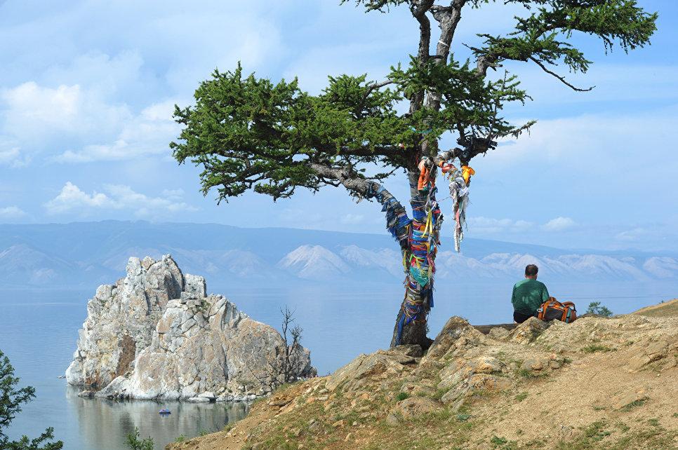 Турист отдыхает на острове Ольхон