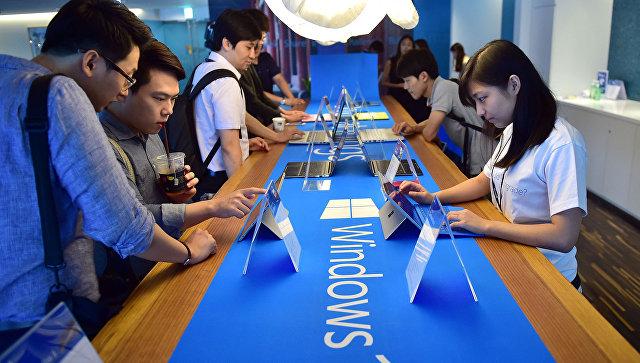 Пользователи тестируют операционную систему Windows 10 во время старта продаж в Сеуле. 29 июля 2015