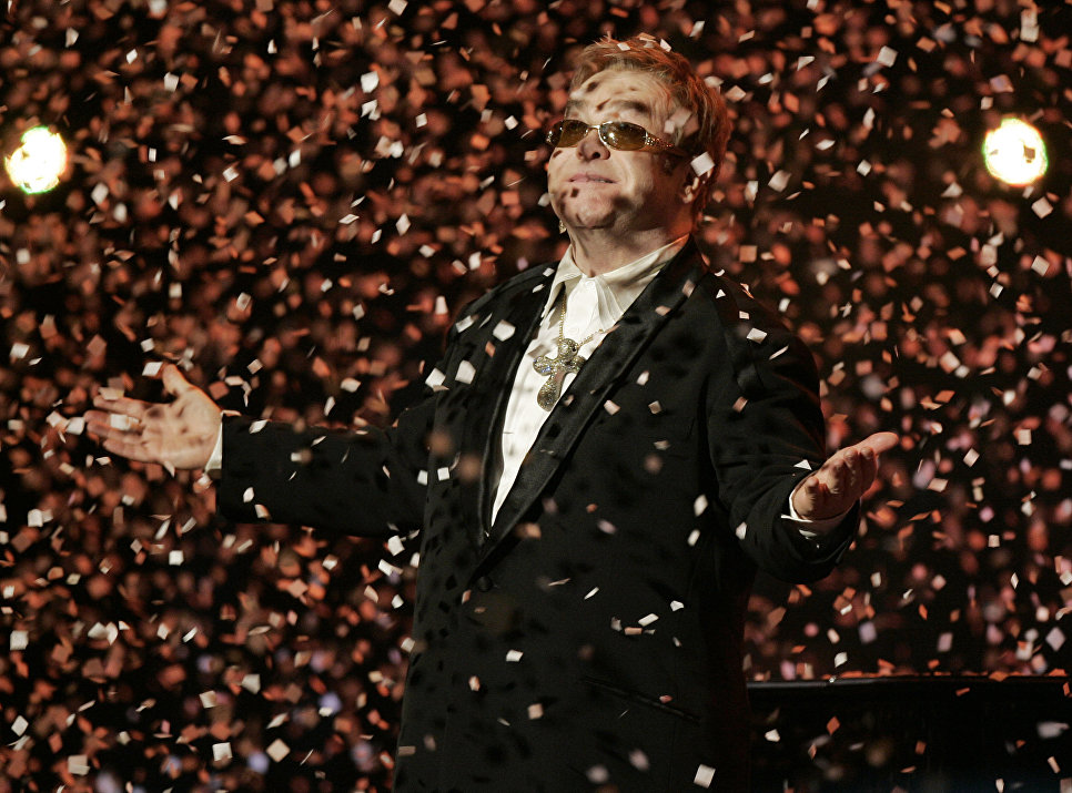 Музыкант Элтон Джон во время своего концерта в Нью-Йорке в Madison Square Garden, 25 марта 2007