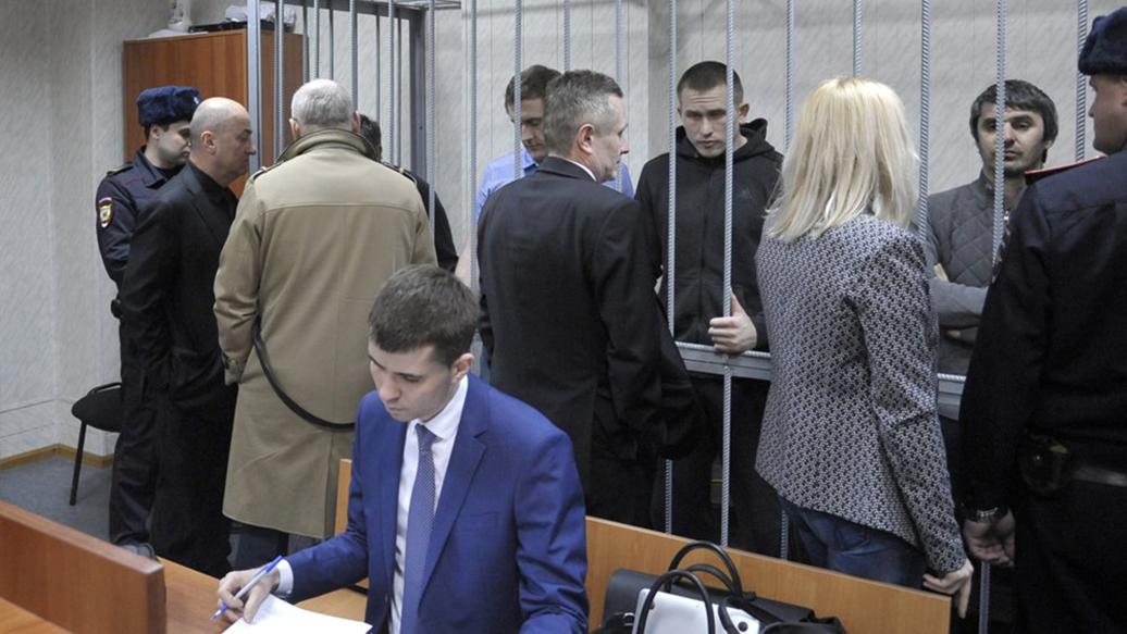 Двенадцать адвокатов напали на опера в суде.