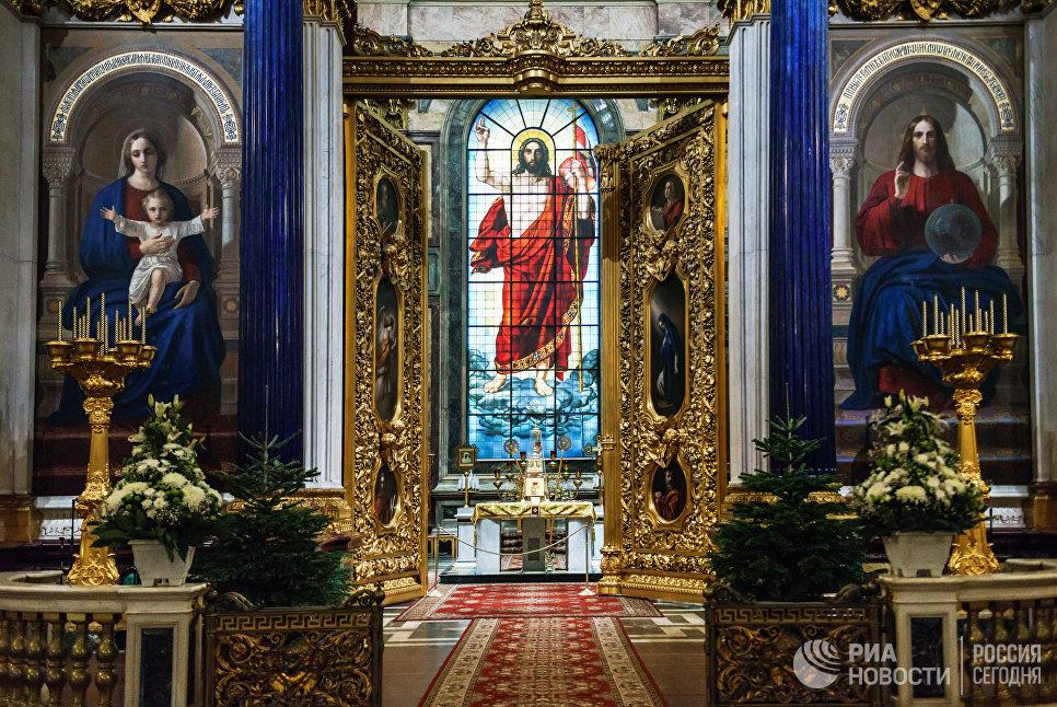 Царские врата Исаакиевского собора. В центре - витраж главного алтаря Воскресение Христа