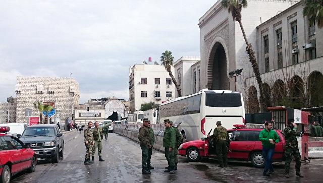 Сотрудники правоохранительных органов Сирии у здания Дворца правосудия в Дамаске. Архивное фото