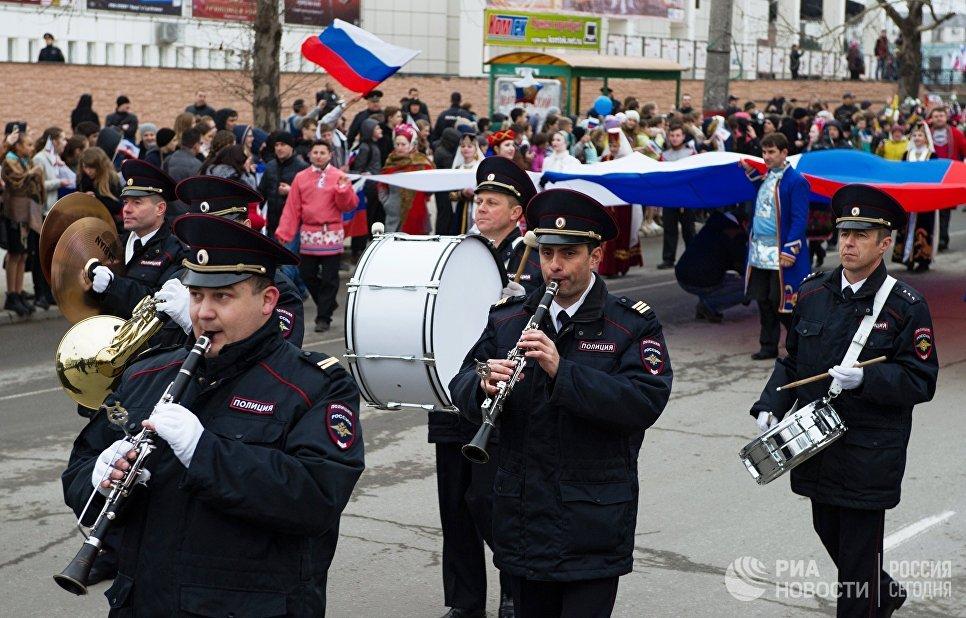 Музыканты во время шествия на праздничном мероприятии, посвященных Дню Общекрымского референдума 2014 года, в Симферополе