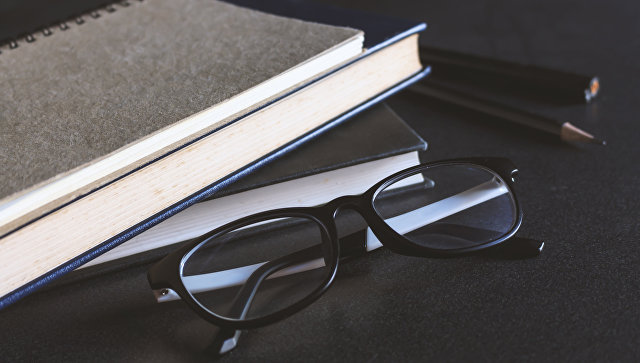 Очки и книги. Архивное фото