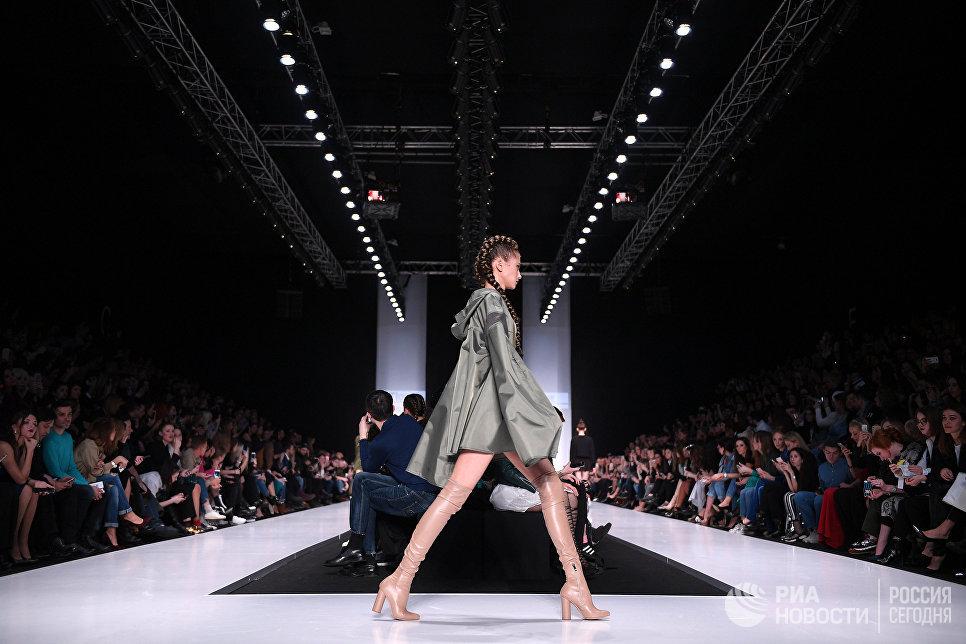 Модель демонстрирует одежду из новой коллекции брэнда одежды от Кети Топурии KETIone в рамках Mercedes-Benz Fashion Week Russia