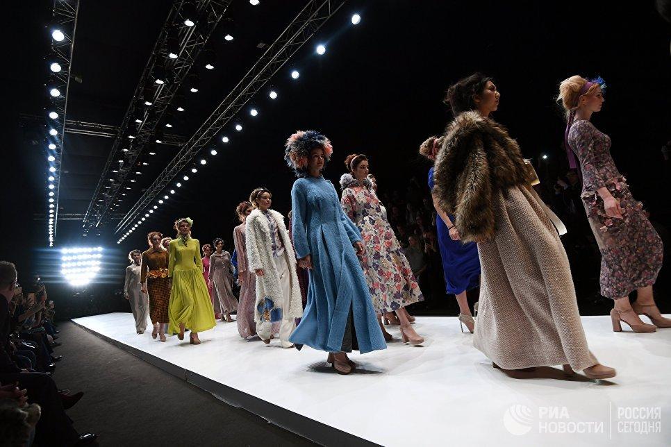 Модели демонстрируют одежду из новой коллекции дизайнера Евгении Крюковой в рамках Mercedes-Benz Fashion Week Russia