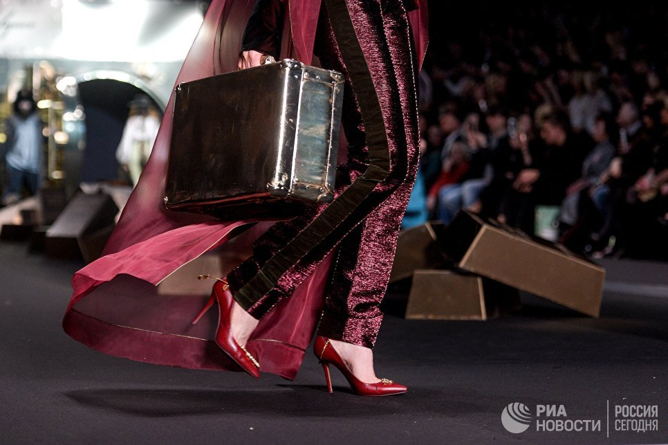 Модель демонстрирует одежду из новой коллекции дизайнера Игоря Гуляева в рамках Mercedes-Benz Fashion Week Russia