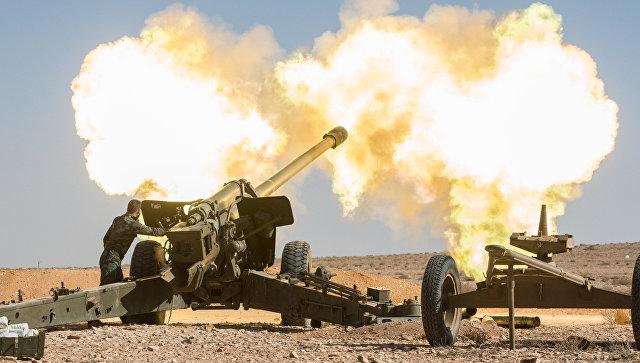 Артиллеристы Сирийской арабской армии (САА) ведут бой против отрядов террористов в окрестностях города Мхин в Сирии. Архивное фото