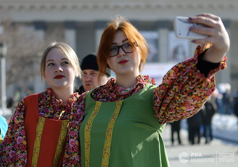 Участницы праздничного мероприятия Крымская весна! Мы вместе! в честь третьей годовщины присоединения Крыма с Россией в Новосибирске