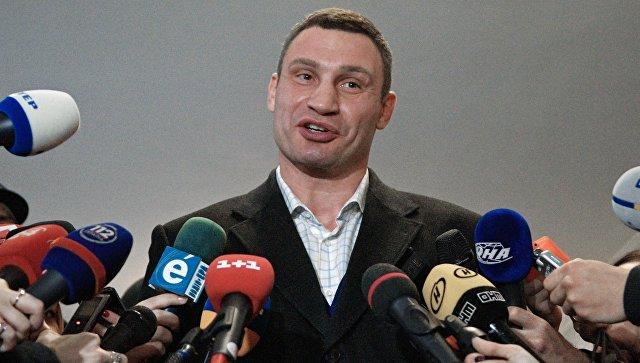 Мэр Киева Виталий Кличко общается с журналистами. Архивное фото
