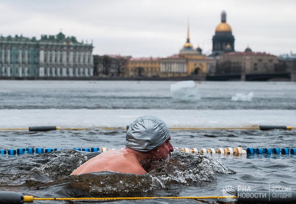 Участник международного заплыва Возрождение традиции зимнего плавания в Петропавловской крепости Санкт-Петербурга