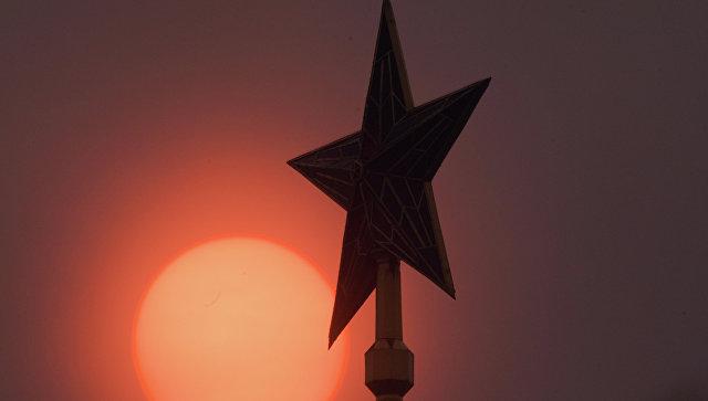 Звезда на Спасской башне Кремля во время смога в Москве. Архивное фото