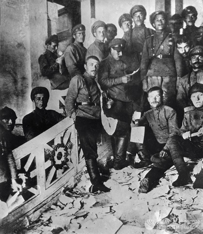 Юнкера после разгрома помещений ЦК и ПК РСДРП(б) в бывшем особняке балерины Матильды Кшесинской