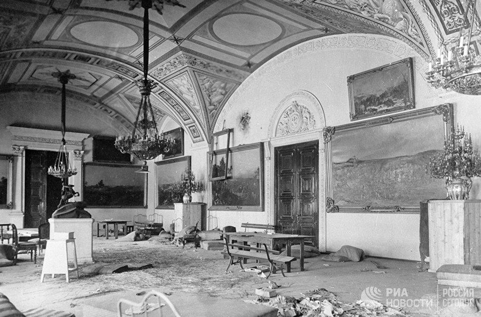 Зимний дворец на следующий день после штурма. Петроград