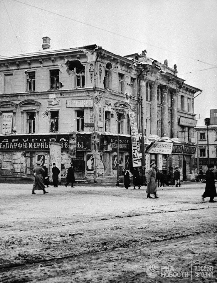Здание у Никитских ворот в Москве, поврежденное во время Октябрьской революции. 1917 год
