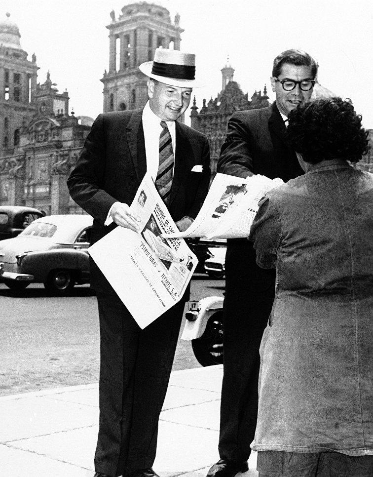 Американский миллиардер Дэвид Рокфеллер и министр финансов Мексики Антонио Ортис Мена, 1963