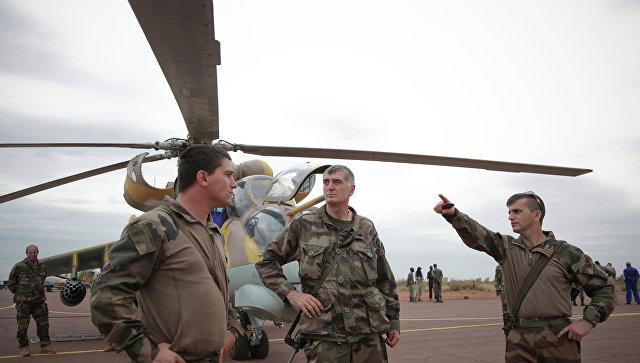 Французские военные у вертолета на авиабазе малийских ВВС в городе Севаре. Архивное фото